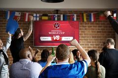 Εύθυμοι υποστηρικτές που προσέχουν το ποδόσφαιρο στο μπαρ στοκ φωτογραφία με δικαίωμα ελεύθερης χρήσης