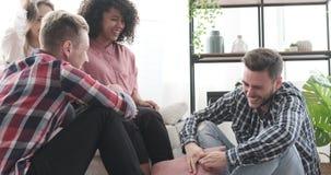 Εύθυμοι φίλοι που έχουν τη διασκέδαση στο σπίτι απόθεμα βίντεο