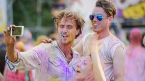 Εύθυμοι φίλοι που χορεύουν και που τραγουδούν στη συναυλία, βίντεο μαγνητοσκόπησης στην κινητή συσκευή απόθεμα βίντεο