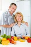 Εύθυμοι ώριμοι άνδρας και γυναίκα που χαμογελούν από κοινού στοκ φωτογραφίες με δικαίωμα ελεύθερης χρήσης