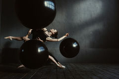 Εύθυμοι gymnasts που αποδίδουν στην αλληλεπίδραση ο ένας με την άλλη Στοκ εικόνα με δικαίωμα ελεύθερης χρήσης