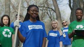 Εύθυμοι multiethnic εθελοντές στο δάσος απόθεμα βίντεο