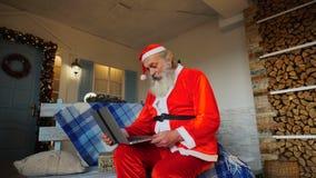 Εύθυμος Άγιος Βασίλης που μιλά με το βίντεο από το lap-top απόθεμα βίντεο