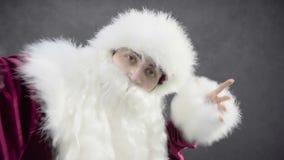 Εύθυμος Άγιος Βασίλης που χορεύει στο μαύρο κλίμα φιλμ μικρού μήκους