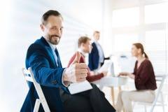 Εύθυμος άνδρας συνάδελφος που παρουσιάζει approvement Στοκ Εικόνα