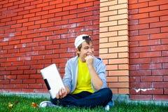 Εύθυμος έφηβος με την ταμπλέτα Στοκ φωτογραφίες με δικαίωμα ελεύθερης χρήσης
