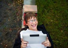 Εύθυμος έφηβος με την ταμπλέτα Στοκ εικόνες με δικαίωμα ελεύθερης χρήσης