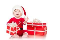 Εύθυμος λίγος Άγιος Βασίλης με παρουσιάζει.  στη λευκιά ΤΣΕ Στοκ Εικόνες
