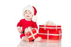 Εύθυμος λίγος Άγιος Βασίλης με παρουσιάζει.   Στοκ εικόνα με δικαίωμα ελεύθερης χρήσης