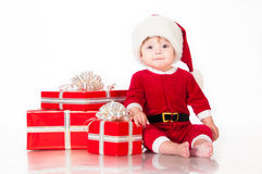 Εύθυμος λίγος Άγιος Βασίλης με παρουσιάζει. Στοκ φωτογραφίες με δικαίωμα ελεύθερης χρήσης