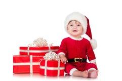 Εύθυμος λίγος Άγιος Βασίλης με παρουσιάζει. Στοκ Εικόνες