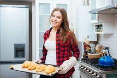 Εύθυμος δίσκος εκμετάλλευσης γυναικών των φρέσκων σπιτικών croissants Στοκ φωτογραφία με δικαίωμα ελεύθερης χρήσης