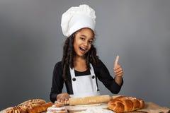 Εύθυμος αρχιμάγειρας κοριτσιών Στοκ εικόνα με δικαίωμα ελεύθερης χρήσης