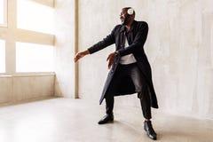 Εύθυμος αφρικανικός τύπος που παρουσιάζει καθιερώνοντα τη μόδα ιματισμό Στοκ Εικόνες