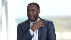 Εύθυμος αφροαμερικανός επιχειρηματίας φιλμ μικρού μήκους