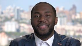 Εύθυμος αφροαμερικανός στενός επάνω επιχειρηματιών φιλμ μικρού μήκους