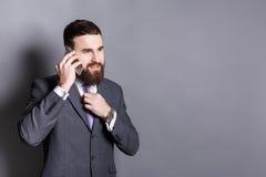 Εύθυμος γενειοφόρος επιχειρηματίας που μιλά στο τηλέφωνο Στοκ φωτογραφίες με δικαίωμα ελεύθερης χρήσης