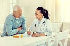 Εύθυμος γιατρός και συνταξιούχος κύριος που συζητούν τη θεραπευτική αγωγή στοκ φωτογραφίες με δικαίωμα ελεύθερης χρήσης