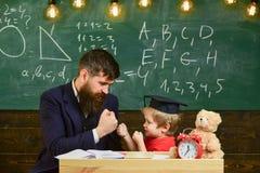 Εύθυμος εγκιβωτισμός παιδιών, κτυπώντας μπαμπάς Εύθυμη έννοια παιδιών Ο πατέρας με τη γενειάδα, δάσκαλος διδάσκει το γιο, μικρό π Στοκ φωτογραφία με δικαίωμα ελεύθερης χρήσης