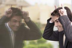 Εύθυμος επιχειρηματίας που κάνει ένα αστείο πρόσωπο Στοκ φωτογραφία με δικαίωμα ελεύθερης χρήσης