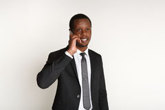 Εύθυμος επιχειρηματίας που μιλά στο κινητό τηλέφωνο Στοκ Φωτογραφία