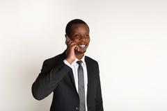 Εύθυμος επιχειρηματίας που μιλά στο κινητό τηλέφωνο Στοκ Εικόνες