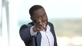 Εύθυμος επιχειρηματίας που παρουσιάζει διαφορετικές χειρονομίες απόθεμα βίντεο