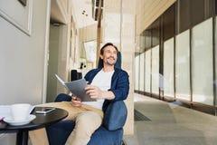 Εύθυμος επιχειρηματίας που προγραμματίζει το πρόγραμμά του στον καφέ Στοκ Φωτογραφία