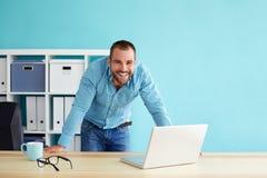Εύθυμος επιχειρηματίας στο γραφείο Στοκ φωτογραφία με δικαίωμα ελεύθερης χρήσης