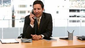 Εύθυμος επιχειρηματίας στο τηλέφωνο απόθεμα βίντεο