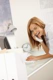 Εύθυμος εργαζόμενος γραφείων στο τηλεφώνημα Στοκ φωτογραφίες με δικαίωμα ελεύθερης χρήσης