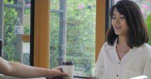 Εύθυμος εργαζόμενος που ένας καφές πελατών για να πάει φιλμ μικρού μήκους