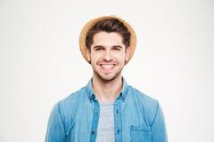 Εύθυμος ελκυστικός νεαρός άνδρας στο καπέλο και το μπλε πουκάμισο Στοκ Εικόνες