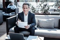 Εύθυμος θετικός επιχειρηματίας που εξετάζει σας Στοκ Φωτογραφίες