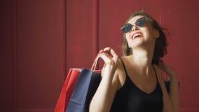 Εύθυμος θηλυκός αγοραστής απόθεμα βίντεο