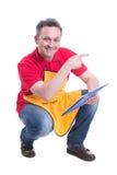 Εύθυμος λιανοπωλητής στο κατάστημα που κάνει τον κατάλογο στοκ εικόνα με δικαίωμα ελεύθερης χρήσης