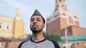 Εύθυμος ισπανικός τουρίστας που βάζει στη ρωσική στρατιωτική ΚΑΠ κοντά στο Κρεμλίνο απόθεμα βίντεο