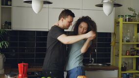 Εύθυμος και ελκυστικός νέος ερωτευμένος χορεύοντας μαζί φοβιτσιάρης χορός ζευγών στην κουζίνα στο σπίτι στις διακοπές φιλμ μικρού μήκους