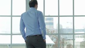 Εύθυμος και επιτυχής επιχειρηματίας στην επίσημη ένδυση απόθεμα βίντεο