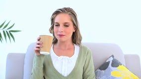 Εύθυμος καφές κατανάλωσης γυναικών φιλμ μικρού μήκους