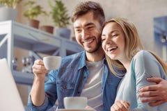 Εύθυμος καφές κατανάλωσης ζευγών αγάπης Στοκ Φωτογραφίες