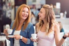 Εύθυμος καφές κατανάλωσης μητέρων και κορών Στοκ εικόνες με δικαίωμα ελεύθερης χρήσης