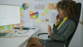 Εύθυμος κομψός εργαζόμενος που μιλά στο τηλέφωνο απόθεμα βίντεο