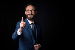 Εύθυμος μέσος ηλικίας επιχειρηματίας που έχει την ιδέα και που δείχνει επάνω με το δάχτυλο Στοκ φωτογραφία με δικαίωμα ελεύθερης χρήσης