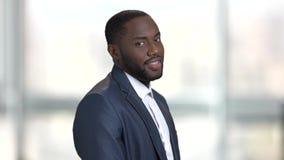 Εύθυμος μαύρος στο επιχειρησιακό κοστούμι απόθεμα βίντεο