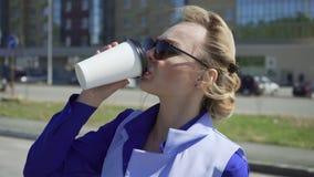 Εύθυμος μοντέρνος καφές κατανάλωσης επιχειρηματιών έξω στο αστικό υπόβαθρο απόθεμα βίντεο