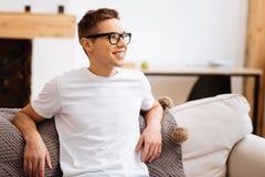 Εύθυμος μοντέρνος νεαρός άνδρας που φορά τα γυαλιά Στοκ Εικόνα
