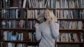 Εύθυμος νέος αστείος χορός γυναικών 4k φιλμ μικρού μήκους