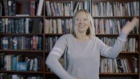 Εύθυμος νέος αστείος χορός γυναικών 4k απόθεμα βίντεο