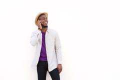 Εύθυμος νέος αφρικανικός τύπος που μιλά στο τηλέφωνο κυττάρων Στοκ Φωτογραφία